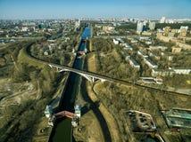 Vogelperspektive von Schleusentoren auf dem Moskau-Kanal Lizenzfreie Stockbilder