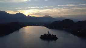 Vogelperspektive von See geblutet bei Sonnenaufgang, Slowenien stock video footage