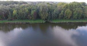 Vogelperspektive von See im Park, Zwijndrecht, die Niederlande stock footage