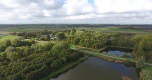 Vogelperspektive von See im Park, Zwijndrecht, die Niederlande stock video