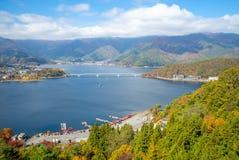 Vogelperspektive von See Kawaguchiko nahe dem Fujisan stockfotos