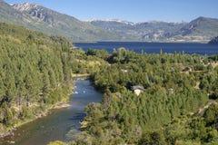 Vogelperspektive von See Meliquina und von Fluss des gleichen Namens in Argentinien-Patagonia stockbilder