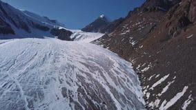 Vogelperspektive von sehr groß Stücken eines Gletschers des gefrorenen Eises und des Felsens, Draufsicht Die Gletscherschmelzen,  stock video footage