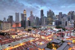 Vogelperspektive von Singapur Chinatown mit Stadt-Skylinen bei Sonnenuntergang stockbild