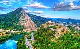 Vogelperspektive von Sisteron mit seiner Zitadelle und dem Felsen der Baume Provence, Frankreich lizenzfreies stockbild