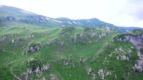 Vogelperspektive von Smaragdsee hoch in den Bergen in Abchasien, das die Berge und die Schluchten und die laufenden Wolken übersi stock video