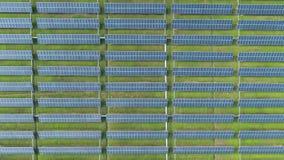 Vogelperspektive von Solarenergiegremien, Sonnenkollektoren, Solarkraftwerke stock footage