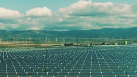 Vogelperspektive von Solarkraftwerk- und Windgeneratoren Säubern Sie Produktion der erneuerbaren Energie stock footage