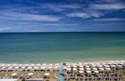 Vogelperspektive von Sonnenschirmen und von beachline in Marotta Für Reise- und Feiertagskonzepte Lizenzfreie Stockbilder