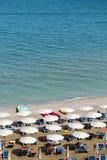 Vogelperspektive von Sonnenschirmen und von beachline in Marotta Für Reise- und Feiertagskonzepte Stockfotos