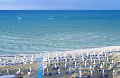 Vogelperspektive von Sonnenschirmen und von beachline in Marotta Für Reise- und Feiertagskonzepte Lizenzfreies Stockbild