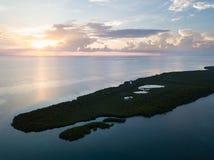 Vogelperspektive von Sonnenuntergang-und Mangroven-Inseln in Karibischen Meeren Lizenzfreies Stockfoto