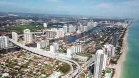 Vogelperspektive von sonnigen Inseln Miamis setzen mit modernen Gebäuden von Hotels und von Unternehmen nahe Atlantik auf den Str stock video footage