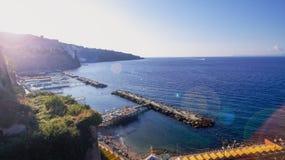 Vogelperspektive von Sorrent-Stadt, Napili, Italien, Stra?e der Gebirgsalten Stadt, Bucht mit Bootstourismuskonzept, Ferien zu Eu stockfotos