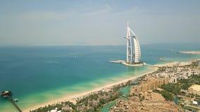 Vogelperspektive von Souk Madinat Jumeirah und von Burj Al Arab stock video footage