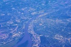 Vogelperspektive von St.-Saint Louis die IS-IS eine bedeutende Stadt in Missouri mit dem Zugangs-Bogen, entlang dem Fluss Mississ lizenzfreie stockfotografie