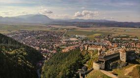 Vogelperspektive von Stadt und von Festung Rasnov stockfoto