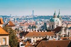 Vogelperspektive von Stadtbild und von St. Nicholas Church in Prag, Czec Stockfotografie
