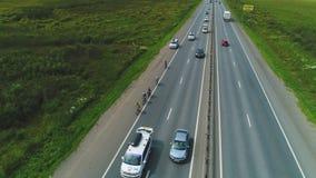 Vogelperspektive von Straßenradfahrern und -autos Transsibirisches Extrem 4k Red Bulls stock video footage