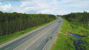 Vogelperspektive von Straßenradfahrern und -autos Transsibirisches Extrem 4k Red Bulls stock footage
