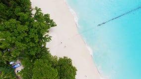 Vogelperspektive von Strand Anse Lazio, Praslin-Insel, Seychellen stock video