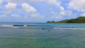 Vogelperspektive von Surfern, Baie Lazare Beach, Mahe Island, Seychellen 7 stock video