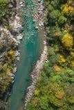 Vogelperspektive von Türkisgebirgsfluss lizenzfreie stockfotografie