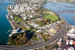 Vogelperspektive von Tauranga-Stadt und von Hafen, Neuseeland Stockfoto