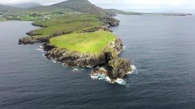Vogelperspektive von Teelin-Bucht in der Grafschaft Donegal auf der wilden atlantischen Weise in Irland stock video footage