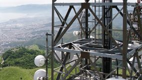 Vogelperspektive von Telekommunikation ragt Antennen und Stadtbild im Hintergrund hoch