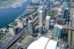 Vogelperspektive von Toronto-Wolkenkratzern und -straßen Stockfotos