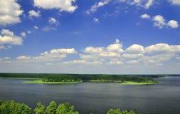 Vogelperspektive von Trauminsel mit blauem Himmel, See Seliger Stockbilder