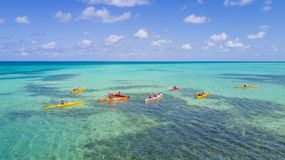 Vogelperspektive von Tropeninsel an das Riff-dem Atoll des Handschuhmachers in Belize mit Kajaks stockbilder