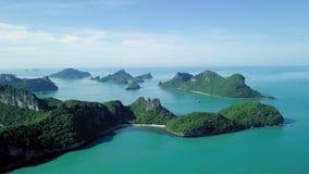 Vogelperspektive von Tropeninseln bei Angthong nationale Marine Park in Thailand stock footage