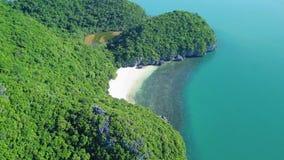 Vogelperspektive von Tropeninseln bei Angthong nationale Marine Park in Thailand stock video footage