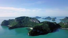 Vogelperspektive von Tropeninseln bei Angthong nationale Marine Park in Thailand stock video