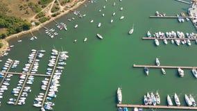 Vogelperspektive von verankerten Booten, von Motorbooten und von Segelbooten an den adriatisches Seejachthafenpiers Stockbilder
