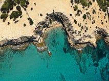 Vogelperspektive von verstecktem Strand stockbilder