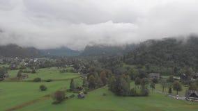 Vogelperspektive von vilage Stara Fuzina nahe dem Bohinj See im Nebel stock video footage