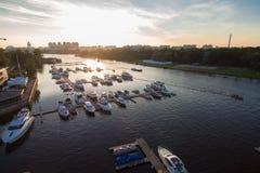 Vogelperspektive von vollen Yachten und Booten des Jachthafens bei Sonnenuntergang Stockfotos
