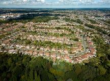 Vogelperspektive von Vorstadthäusern in Ipswich, Großbritannien Park mit Bäumen im Vordergrund lizenzfreie stockbilder