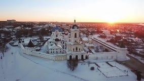 Vogelperspektive von Vysotskiy-Kloster bei Sonnenaufgang in Serpukhov stock video