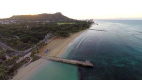 Vogelperspektive von Waikiki-Strand in Honolulu, Hawaii stock video