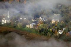 Vogelperspektive von Waitsfield, VT im Nebel mit Kirchenkirchturm auf szenischem Weg 100 im Herbst Stockbild