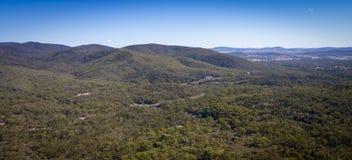 Vogelperspektive von Weinbergen und von Granit schaukelt in Stanthorpe, Australien stockfotos