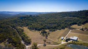 Vogelperspektive von Weinbergen und von Granit schaukelt in Stanthorpe, Australien lizenzfreie stockbilder