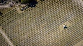 Vogelperspektive von Weinbergen und von Granit schaukelt in Stanthorpe, Australien lizenzfreies stockfoto