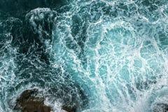 Vogelperspektive von Wellen im Ozean lizenzfreie stockfotos