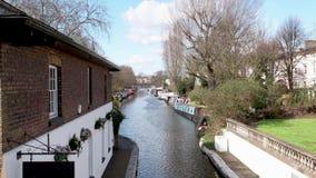 Vogelperspektive von wenigem Venedig-Fluss in London mit narrowboat Häusern stock footage