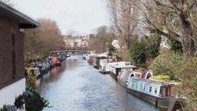 Vogelperspektive von wenigem Venedig-Fluss in London mit narrowboat Häusern stock video footage